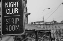 一个夜总会的牌与脱衣舞的 库存照片