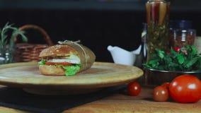 一个大三明治在板材转动 影视素材