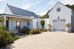 一个大乡村模式的家的前面外部 免版税库存图片