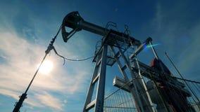 一个大井架,在工作的油泵 化石燃料能,油泵, Pumpjack工作 股票视频