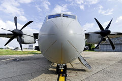 一个大军事运输航空器的前面 图库摄影