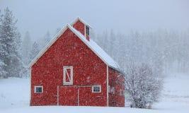 一个大农场或农场的老红色谷仓在西蒙大拿 库存照片