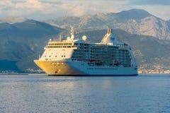 一个大划线员在日落的光芒航行沿博卡队Kotorska海湾的 黑山 免版税库存照片