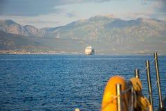 一个大划线员在日落的光芒航行沿博卡队Kotorska海湾的 黑山 图库摄影