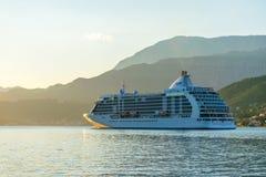 一个大划线员在日落的光芒航行沿博卡队Kotorska海湾的 黑山 库存图片
