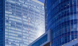 一个大办公室中心的大厦的片段 免版税库存图片