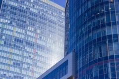 一个大办公室中心的大厦的片段 免版税库存照片