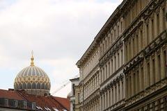 一个大厦在柏林和犹太教堂的圆顶 免版税库存图片