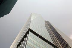 一个大厦的一个低角度视图在NYC的 免版税库存照片