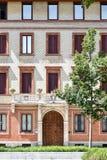 一个大厦的一个美丽的门面的正面图在米兰,意大利, 库存图片