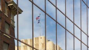 一个大厦的反射与美国和得克萨斯旗子的 库存照片