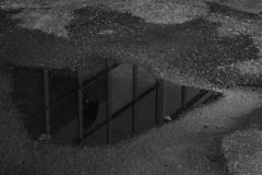 一个大厦的反射在水坑的 免版税库存照片
