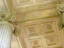 一个大厦的天花板建筑学根据垫木学校buckinghamshire英国的 免版税库存照片