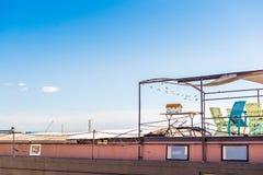 一个大厦的屋顶的看法反对蓝天的, Sete,法国 免版税库存图片