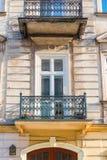 一个大厦的特写镜头阳台与一种透雕细工金属的 免版税图库摄影