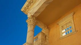 一个大厦的结构上要素在古色古香的样式的在清楚的蓝天的背景 免版税库存照片