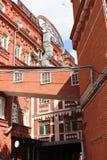 从一个大厦的转折到另一个 前工厂红色10月 免版税图库摄影