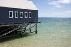 一个大厦的边看法在水的与在距离的天际 图库摄影