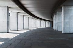 一个大厦的长的走廊与专栏的 库存图片