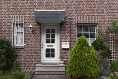 一个大厦的门面与棕色墙壁的 库存照片