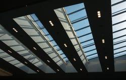 一个大厦的玻璃屋顶反对天空的 免版税库存照片