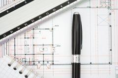 一个大厦的建筑学计划与图纸、统治者和笔记本的 库存图片