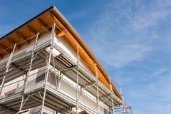 一个大厦的建筑脚手架在整修下的 库存照片