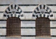 一个大厦的Windows在广场del锡耶纳,意大利Duomo的  免版税库存照片