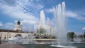 一个大喷泉和一些小在水喷气机的慢动作发行  影视素材