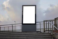 一个大垂直/画象取向空白广告牌在城市 免版税图库摄影