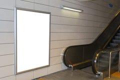 一个大垂直/画象取向空白广告牌有自动扶梯背景 免版税库存照片