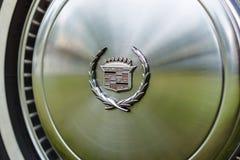 一个大型个人豪华汽车卡迪拉克黄金国的轮毂罩 免版税库存照片