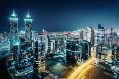 一个大城市的意想不到的看法在与被阐明的现代建筑学的晚上 免版税库存照片