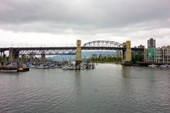 一个大城市的江边在加拿大 免版税图库摄影