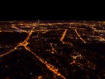 一个大城市的空中夜视图 美好的都市风景全景在晚上 大厦鸟瞰图有汽车的路在城市在 免版税库存照片