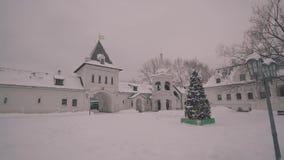 一个大基督徒修道院的庭院 基督徒修道院和寺庙 照相机在行动 股票录像