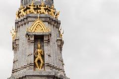 一个大塔A美丽的金黄天使雕象 库存图片