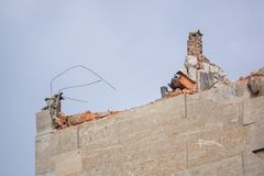 一个大大厦的爆破在城市中间的 库存照片