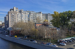 一个大大厦,莫斯科的背景的一点教会。 免版税库存图片