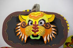 一个大大小五颜六色的老虎面具 免版税库存照片