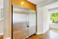 一个大家庭镶入厨房的大钢冰箱 免版税库存图片