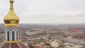 一个大寺庙的圆顶在冬天城市的中心 鸟瞰图 股票录像