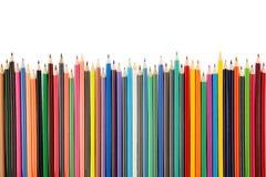 一个大小组的顶视图在充满活力的颜色的蜡笔铅笔,隔绝在白色背景 免版税库存图片