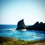 一个大岩石在海 免版税图库摄影