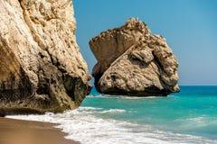 一个大岩石在美之女神岩石旁边的海在塞浦路斯 库存照片