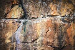 一个大岩石围住的纹理和摘要背景 装饰公园 免版税图库摄影
