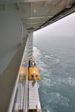 一个大巡航划线员和救生船 免版税库存图片