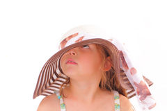 一个大帽子的可爱的小女孩 免版税库存照片