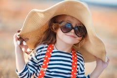 一个大帽子的愉快的小女孩 免版税库存图片