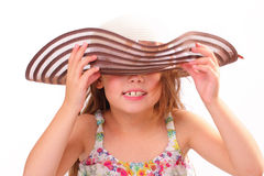 一个大帽子的美丽的小女孩 免版税库存图片